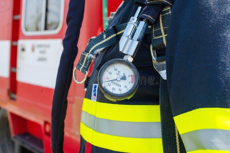 消防员准备好交火 空气数额标度细节  免版税库存照片