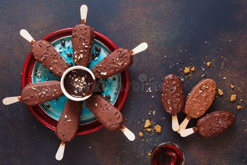 涂了巧克力的冰淇淋棍子用牛奶和黑暗的巧克力 库存图片
