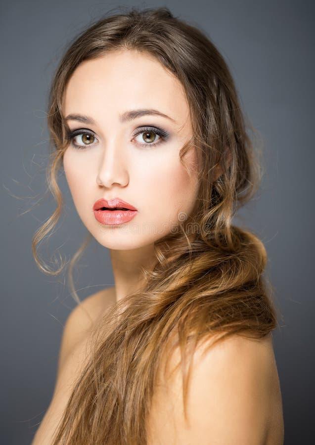深色的化妆用品秀丽 免版税图库摄影