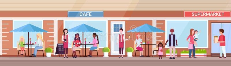 混合种族坐夏天咖啡馆商店顾客的人访客拿着在超级市场外部前面的购买都市 皇族释放例证