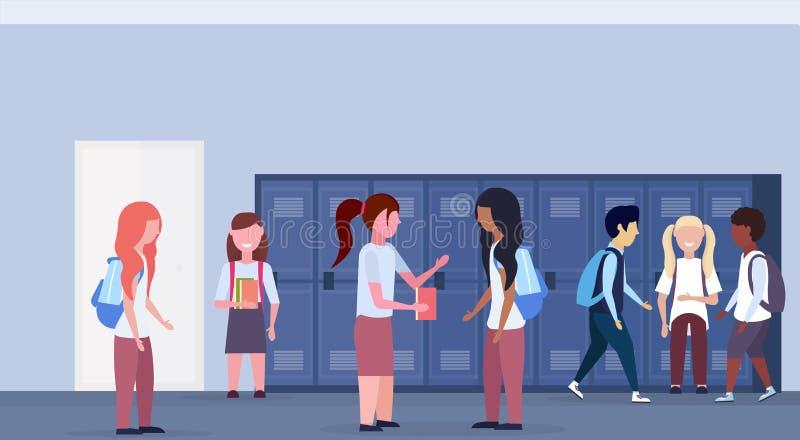 混合种族学童在学校大厅走廊内部的小组身分与蓝色衣物柜通信行  皇族释放例证