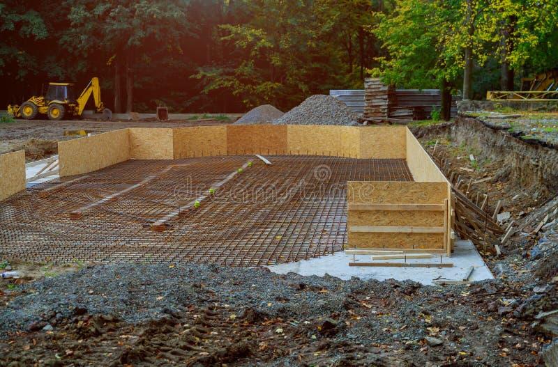 混凝土的准备增强与导线和木模板连接的金属棒的 库存照片