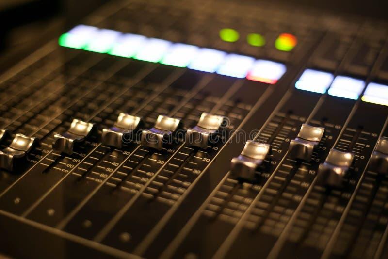 混音器控制的设备在演播室电视台,音频和录影电视生产调转工播放了 库存图片