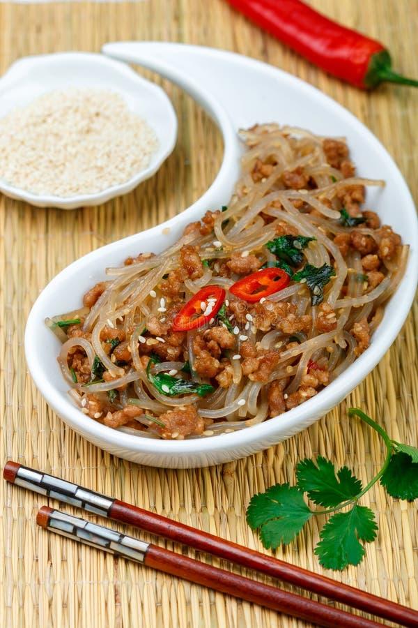 淀粉玻璃面条米、土豆、豆用肉猪肉或牛肉中国菜  库存图片