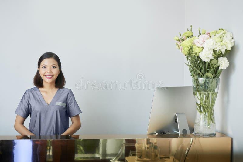 温泉沙龙的亚裔接待员 免版税库存照片