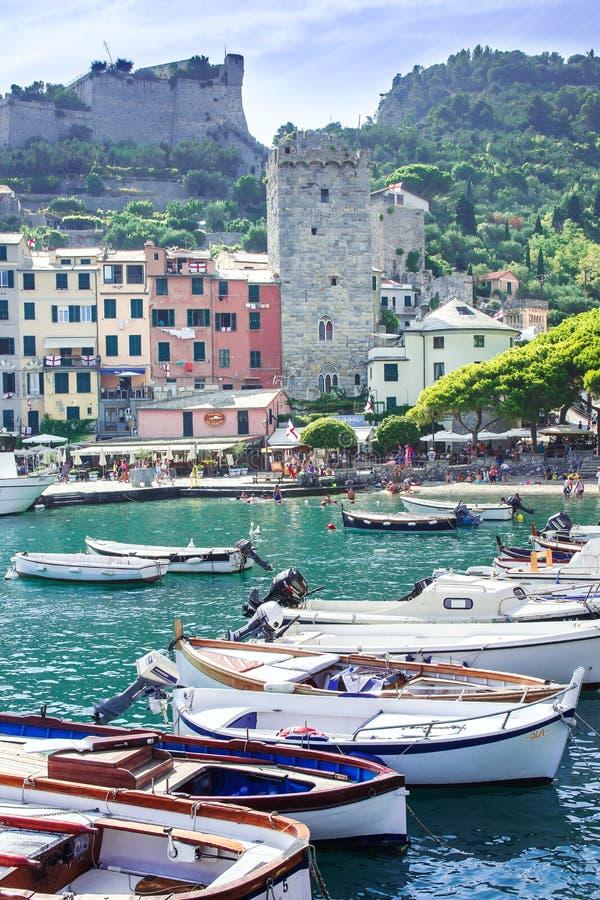 港口Portovenere,Spezia,意大利,利古里亚:08威严2018年 五颜六色的美丽如画的港口看法有许多的在晴朗的小船 库存图片