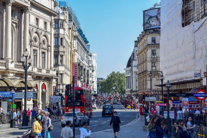 游人、老大厦和脚手架在伦敦街在一个晴朗的夏日 库存照片
