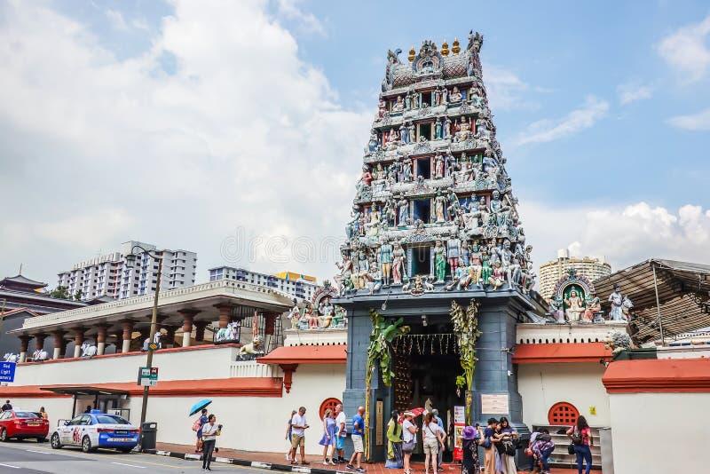 游人在唐人街,新加坡参观并且为斯里Mariamman印度寺庙照相 库存照片