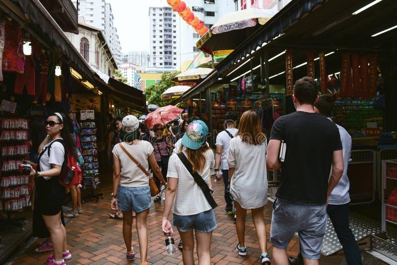 游人在新加坡唐人街 库存图片