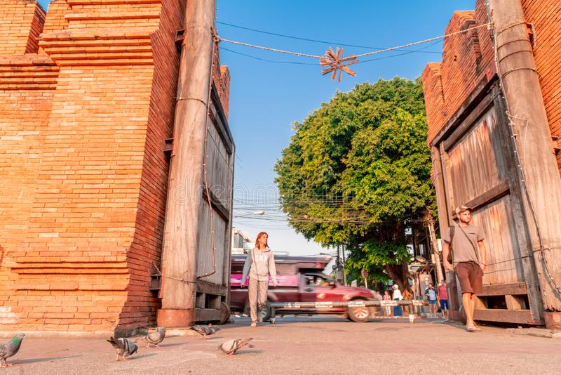 游人在Thapae门附近漫步在清迈市 免版税库存照片