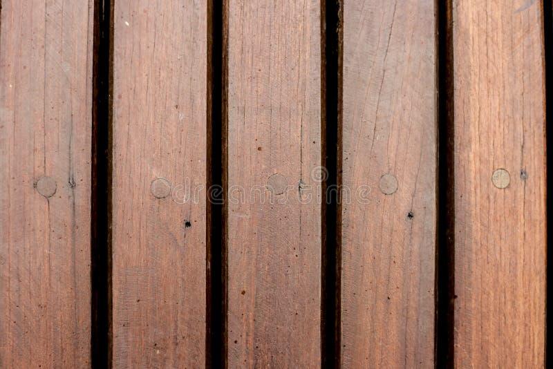 游泳场的棕色木甲板 免版税库存图片