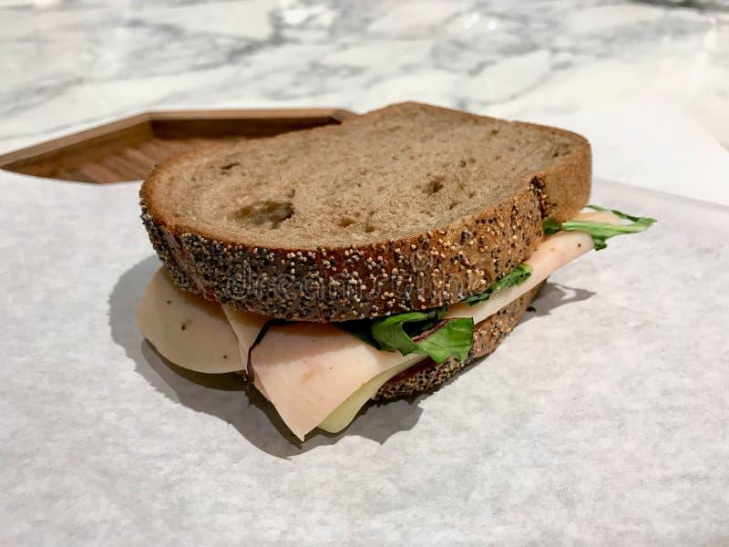 清淡的土耳其火腿三明治用布朗敬酒的多士面包/饮食 图库摄影