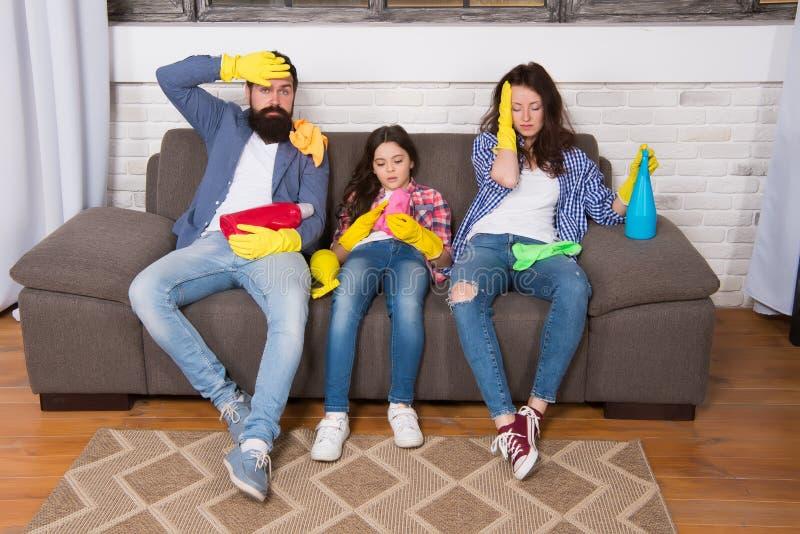 清扫  佣人服务 最佳的清洁服务 家庭干净的房子 幸福家庭举行清洁产品 母亲,父亲 库存照片