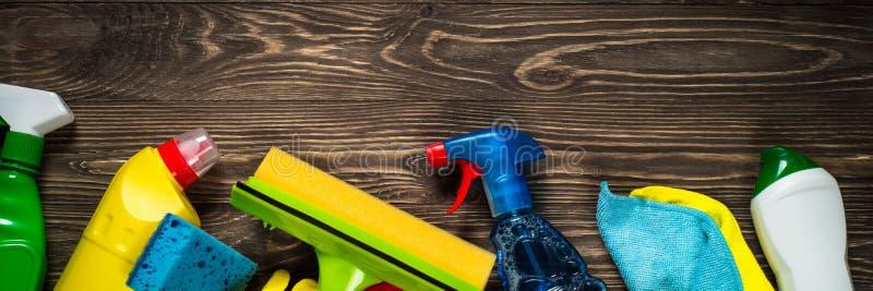 清洁产品,家庭木台式视图 免版税库存照片
