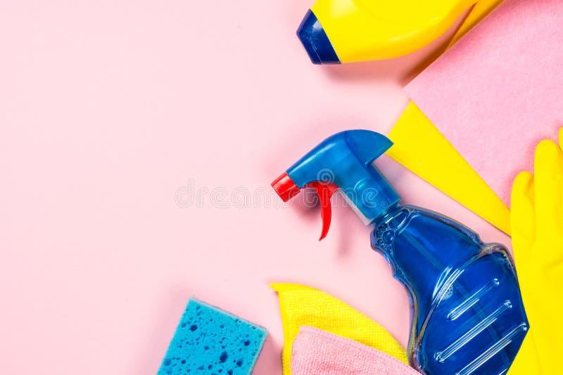 清洁产品,在桃红色顶视图的家庭 图库摄影