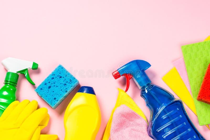 清洁产品,在桃红色顶视图的家庭 免版税库存图片