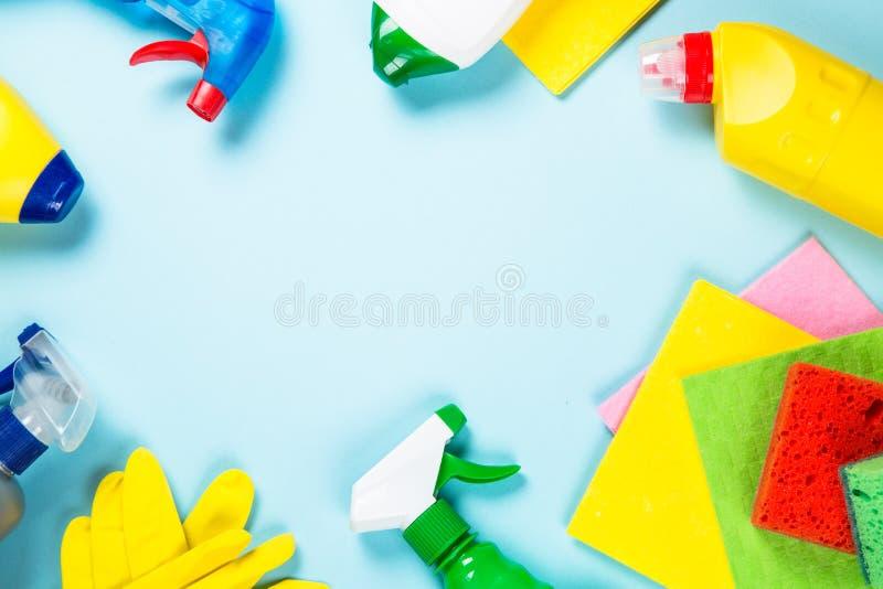 清洁产品,在蓝色顶视图的家庭 免版税库存图片
