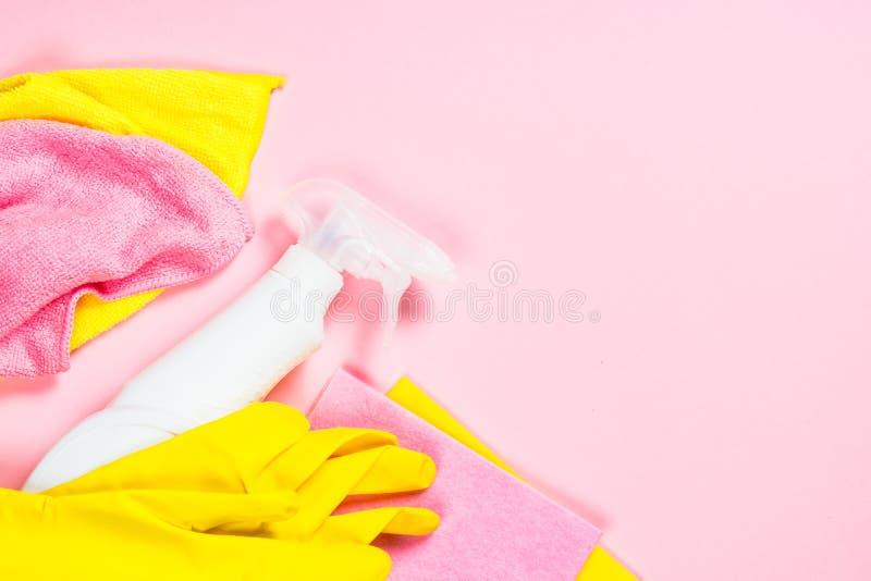 清洗的浪花、布料和手套在桃红色背景 免版税库存图片