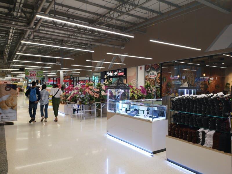 清莱,泰国- 2019年3月7日:2019年3月7日走在密西中心超级中心的三不明身份的人在清莱, 图库摄影