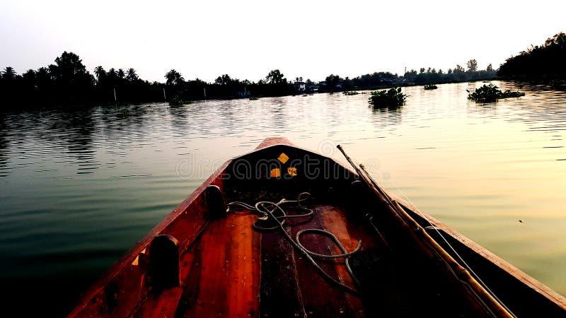 渔夫小船在湖 免版税库存照片