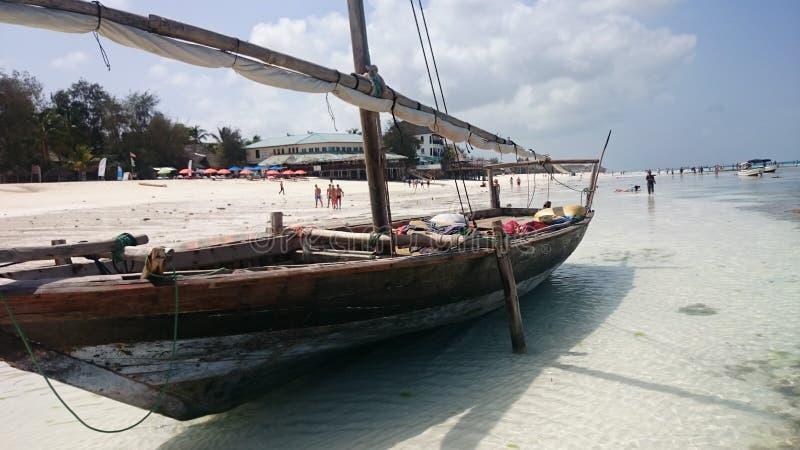 渔村农圭角桑给巴尔 在海洋低潮,等待浪潮 库存图片