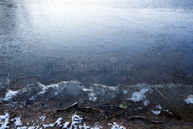 湖水表面上的稀薄的冰 免版税库存照片