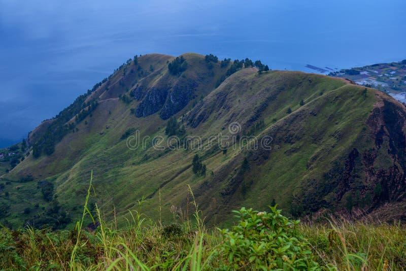 湖户田,棉兰,印度尼西亚美好的全景自然视图从Berastagi的 免版税库存照片