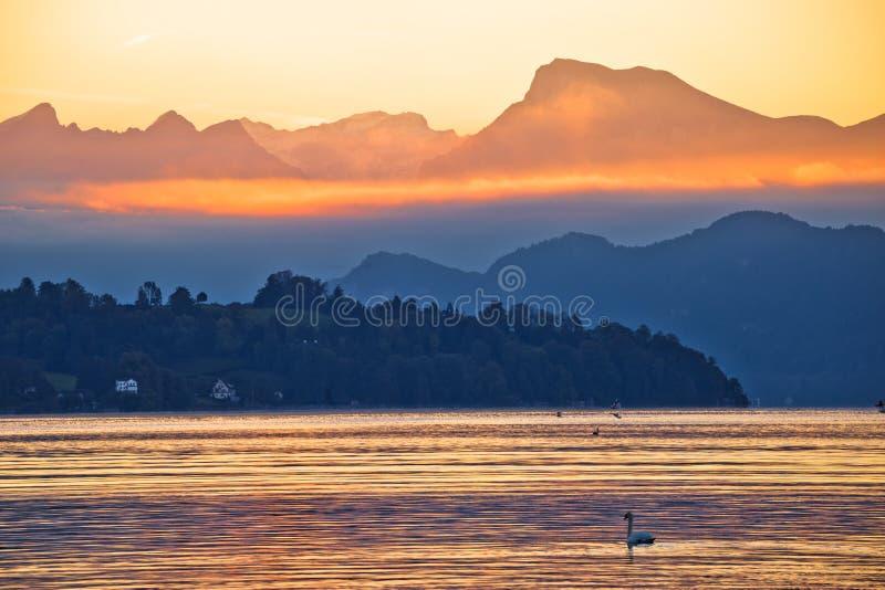湖琉森和瑞吉峰山峰早晨灿烂光辉视图 图库摄影