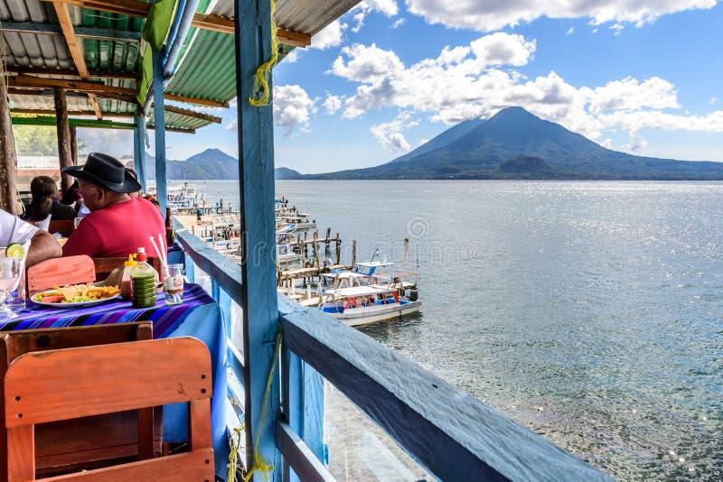 湖边餐馆&火山,帕纳哈切尔,湖Atitlan,危地马拉 免版税库存照片