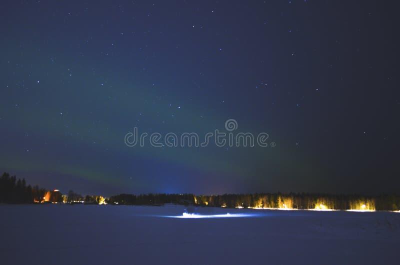 满天星斗的北极光,当与一刹那光的人移动 库存图片