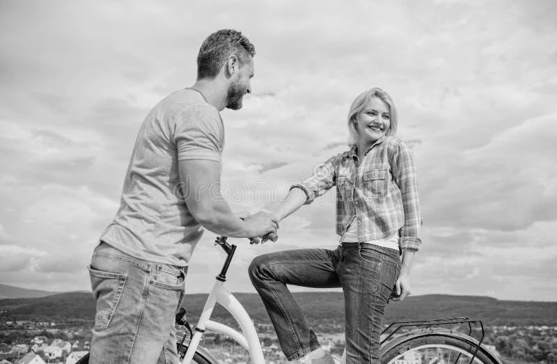 滚动的浪漫史或自行车日期 有胡子的人和在第一个日期避开白肤金发的女孩 妇女感到害羞与一起 免版税库存照片