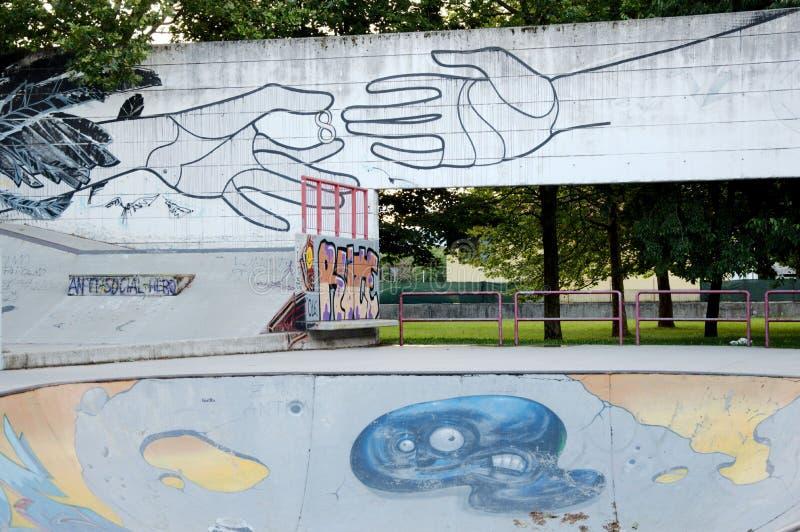 滑稽的油漆艺术在都市公园 库存图片