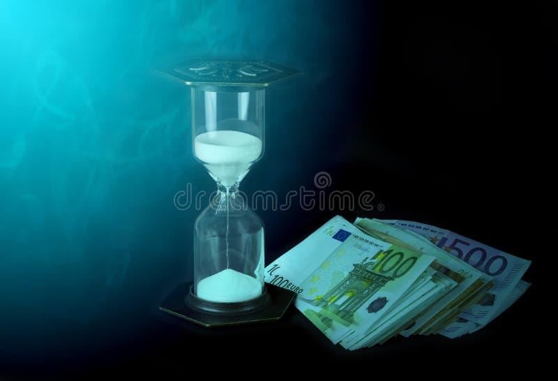 滴漏和纸币 时间是货币概念 免版税库存图片