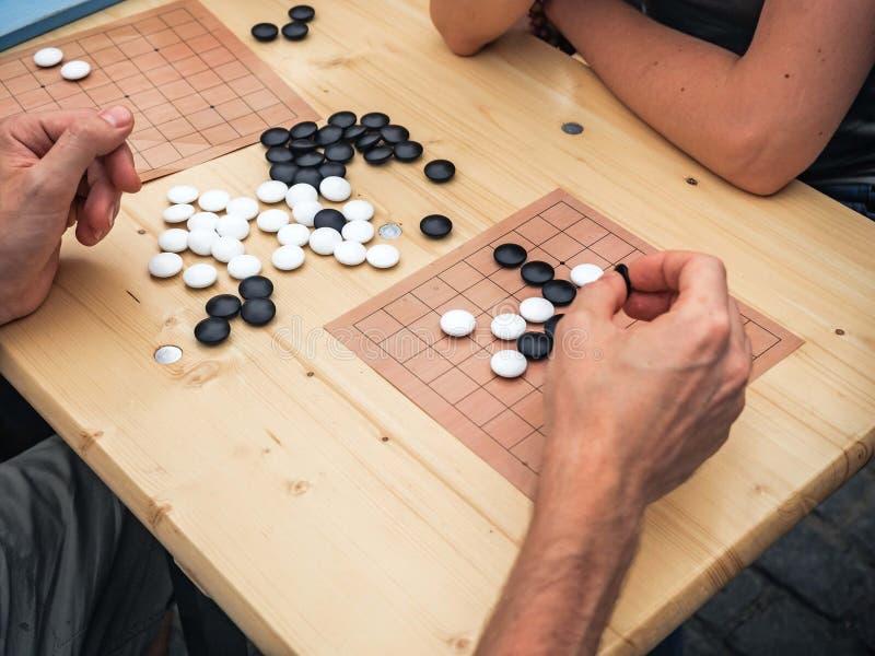 演奏中国boardgame的人们 打Mahjong亚洲基于瓦片的比赛的人们 赌博顶面viewThe比赛的表是 免版税库存照片