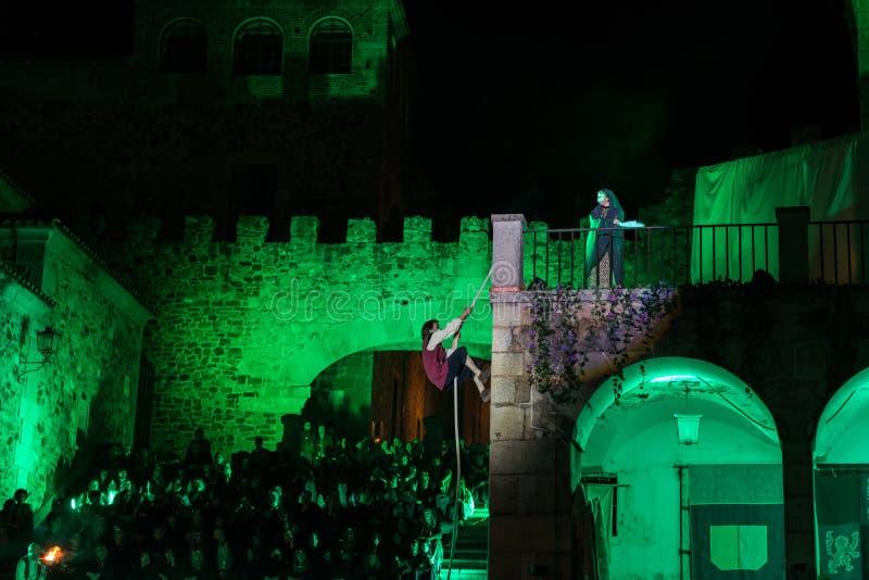 演出在老中世纪处所乘圣乔治的机会宴餐的卡塞里斯  库存照片