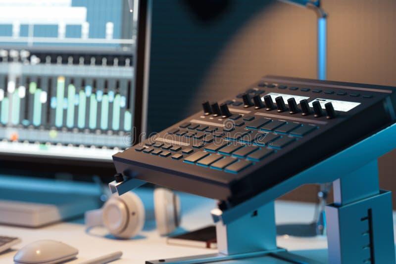 演播室计算机音乐驻地 混合专业工作室电视的音频控制台 3d翻译 免版税库存照片