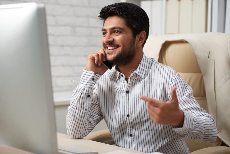 激动的企业家谈话在电话 免版税库存照片