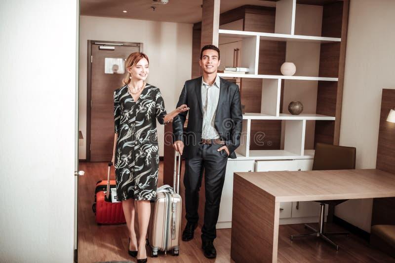 激动的妻子和丈夫感觉进入他们的酒店房间 库存照片