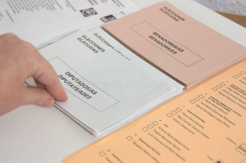 某人在选举日采取信封放置他们的表决在西班牙 库存照片
