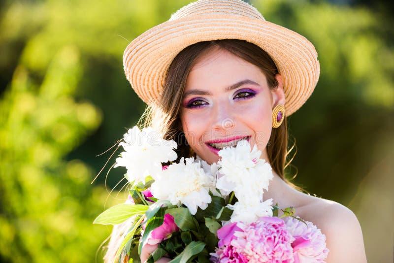 查出的看板卡礼品感谢白色您 面孔和skincare 旅行在夏天 自然美人和温泉疗法 有方式构成的妇女 夏天女孩 免版税图库摄影