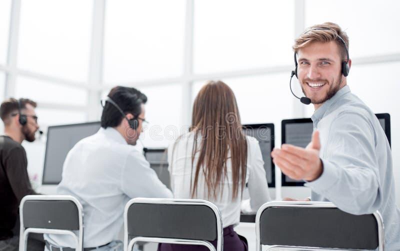 查出的背面图白色 小家伙坐在他的书桌的服务代理 库存照片
