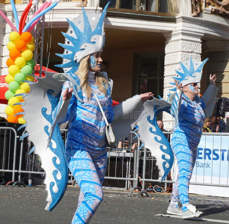 服装有海的和海洋细节的两名妇女在狂欢节队伍 免版税库存图片
