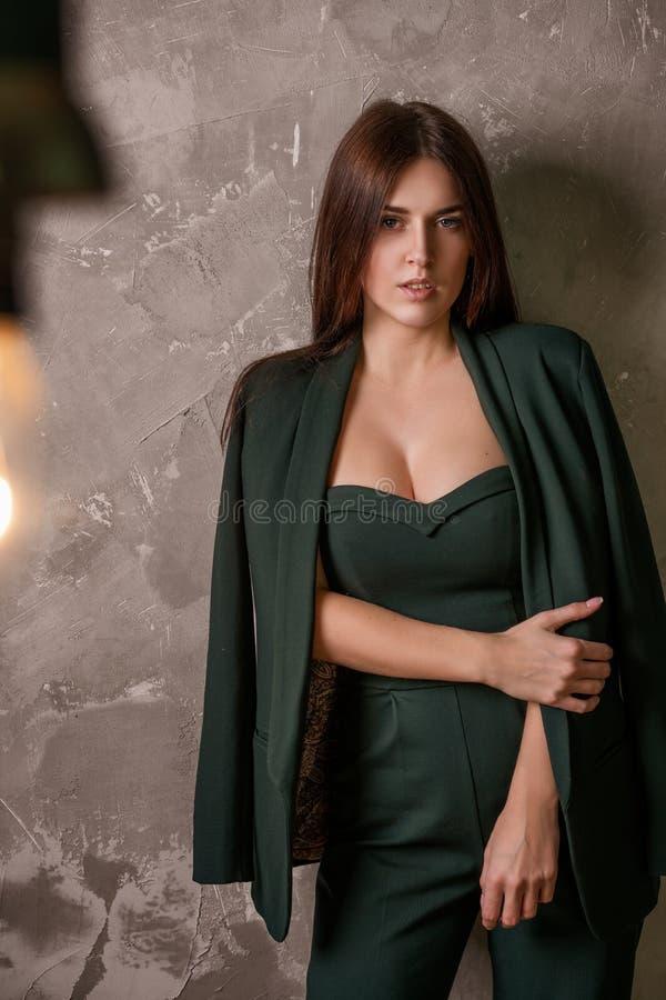 服装摆在的美丽的性感的确信的年轻女人 库存图片