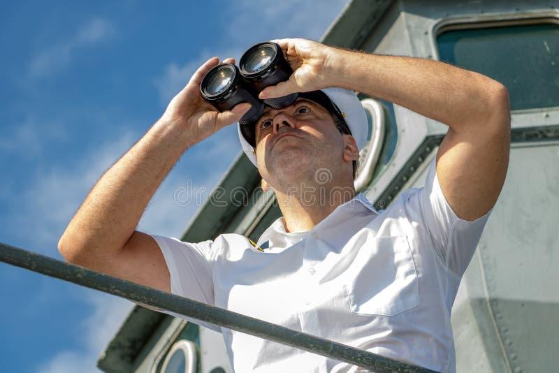 朝前看船的上尉 库存图片