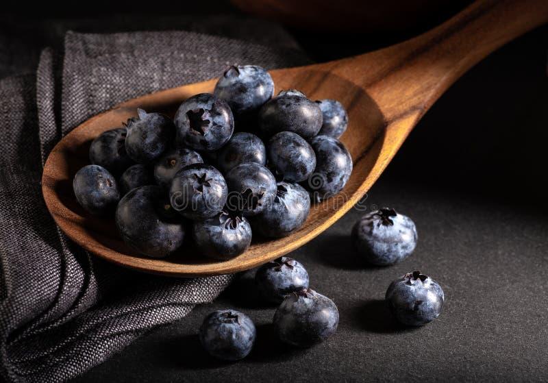 木一匙新鲜的蓝莓 免版税库存图片