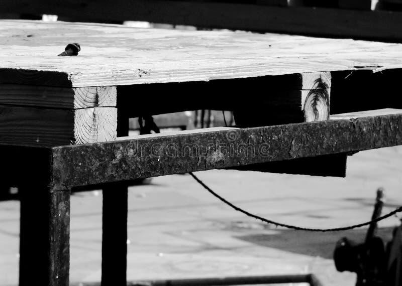 木建筑结构在一个工业站点,外面,有生锈的金属的,在黑白 免版税库存图片