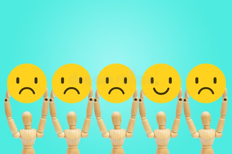 木图时装模特身分和举行在悲伤和幸福的面孔情感 免版税图库摄影