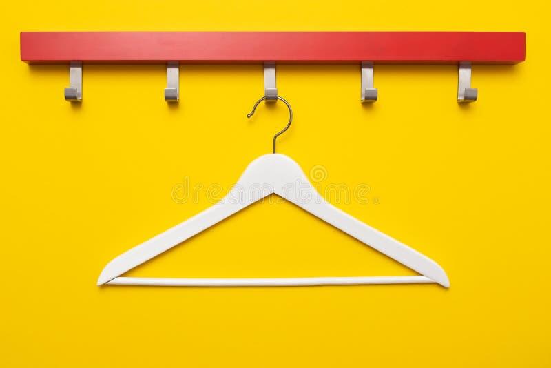 木挂衣架或晒衣架在色的背景 库存照片