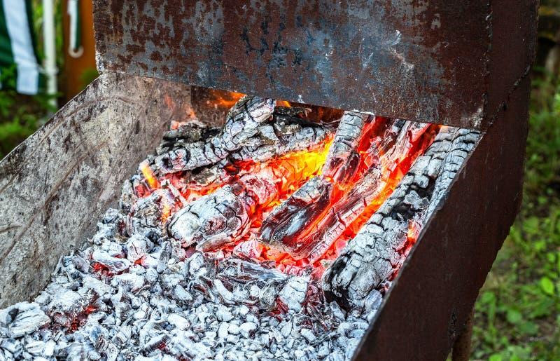 木炭为使在金属的bbq做准备mangal 库存照片