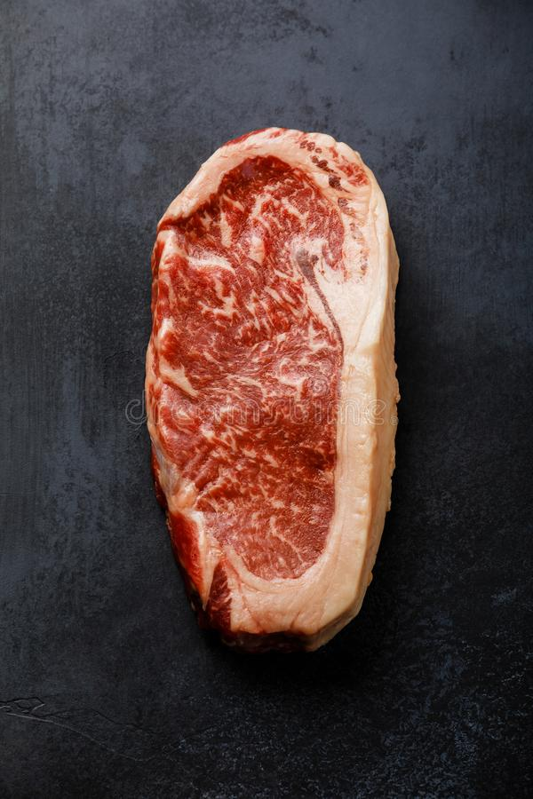 未加工的黑安格斯头等肉牛排Striploin 免版税库存照片